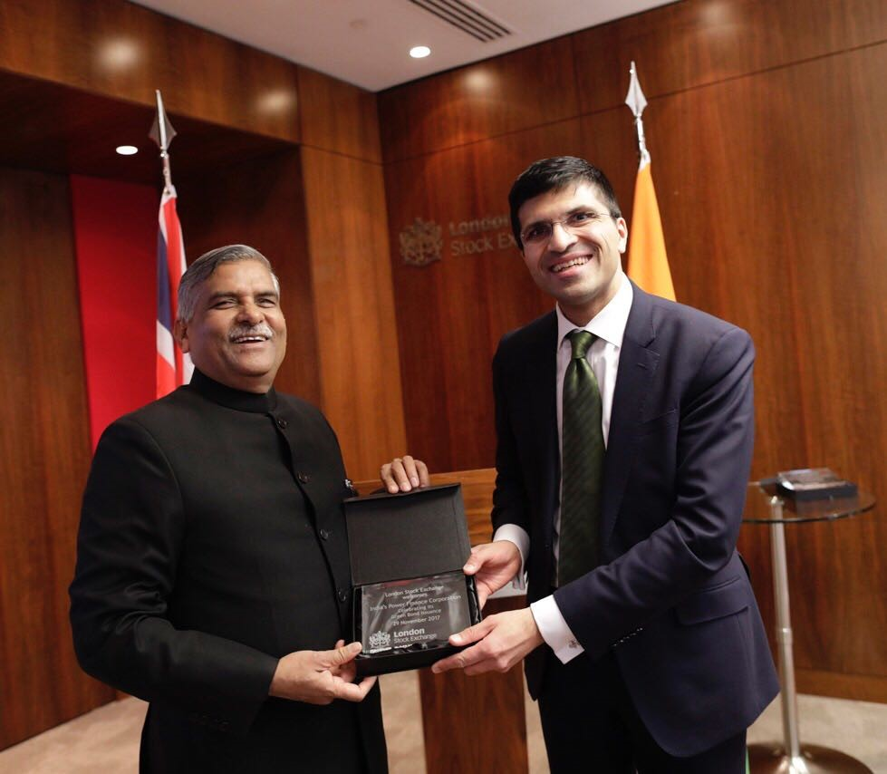 Shri Nikhil Rathi, CEO, London Stock Exchange Plc. handing over a memento to Shri Rajeev Sharma, CMD, PFC at the Listing Ceremony.